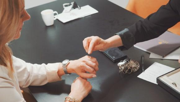 En viktig del av vårt jobb på Jarl Sandin är att hjälpa par hitta rätt  förlovningsring 38bff4c8a7ff0